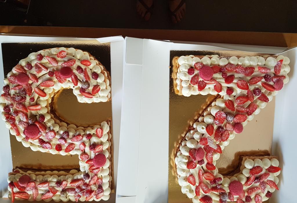 pâte feuilletée en forme de chiffre ,crème mousseline à la vanille , fruits rouges